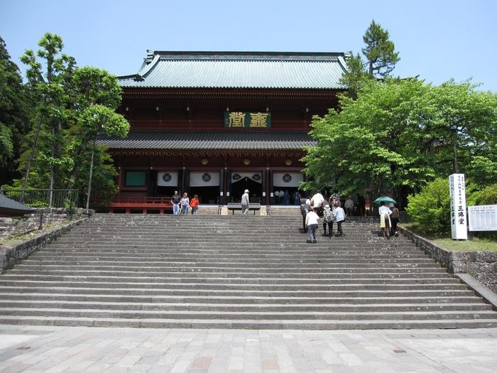 本堂の「三仏堂」は東日本では最も大きな木造の建物で、重要文化財となっています。三仏堂には「千手観音・阿弥陀如来・馬頭観音」が祀られています。また、毎年4月2日に行なわれる、日光山に古くから伝わる「強飯式(ごうはんしき)」が有名です。強飯僧と呼ばれる人が強飯頂戴人にご飯を食べることを強いるという儀式で、参列すると無病息災などのご利益があるといわれているので、この日に訪れてみるのもいいかもしれません。
