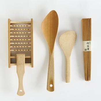 左から「鬼おろし」「チャーハンべら」「しゃもじ」「御客箸」。  「鬼おろし」はおろし金とは異なる美味しさが味わえるおすすめの品。粗目におろすことで、繊維と水分が分離せず新鮮な食材の食感を楽しめます。 「チャーハンべら」は竹の丸みを活かしたヘラ先がフライパンの底や鍋肌に合い、使いやすさ抜群です。 「しゃもじ」は手触りが滑らかで心地よく、それぞれ竹の良さを活かした調理器具です。