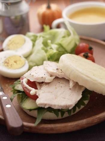 イングリッシュマフィンに大葉を使ったあっさり和風のサンドイッチ。味付けはオイルとソルト、マヨネーズでさっぱりと。