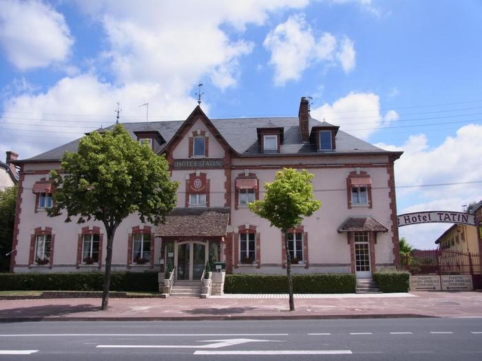 """19世紀後半のこと。 パリソローニュ地方のラモット・ブーヴロン(Lamotte-Beuvron)にタタンという名の姉妹が経営する小さなホテル""""タルトタタン(HOTEL TATIN)""""がありました。"""