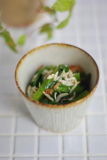 小松菜をレンジで4分加熱し、熱湯をかけて臭みをとったしらすとおかかで和えるだけで簡単に出来上がるこちらのレシピ。もう一品ほしい時に、さっと作ってみてはいかがでしょうか。