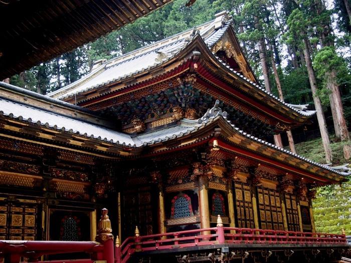そしてもうひとつの世界遺産のお寺「輪王寺」です。766年に日光山を開いた勝道上人が、四本龍寺を創建したのがはじまりと伝えられています。JR日光駅・東武日光駅より東武バス「神橋」で下車、徒歩5分の距離にあります。こちらは輪王寺にある、徳川三代将軍・家光の廟所「大猷院」。この拝殿と本殿は国宝にも指定されています。