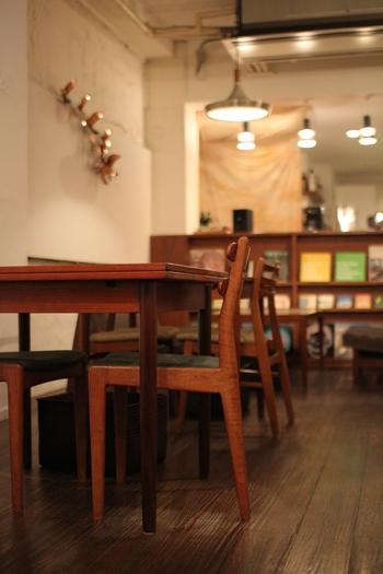 店内には北欧ヴィンテージの家具が置かれ、おしゃれな雑貨や雑誌の他、レコードもたくさん。リラックス感のある空間で、一人でふらっと入ることもできます。