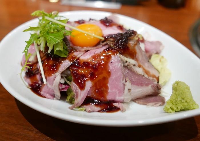 人気のローストビーフボウル。特製のタレがローストビーフの旨みを引き立てます。手軽においしいお肉が食べられるのは嬉しいですね。