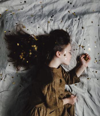 そのまま眠くなったら寝てしまいましょう。眠りに入っていくときは潜在意識に刷り込むチャンスです。これから得たい未来を想像してください。そのまま眠りに入ればOKです。悲しみを幸せに書き換える作業をしましょう。