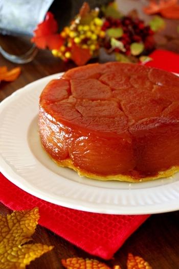 """""""タルトタタン(Tarte Tatin)""""は、たっぷりのりんごを焼き型に入れて、その上からタルト生地をのせて焼き上げたフランス発祥のお菓子です。"""