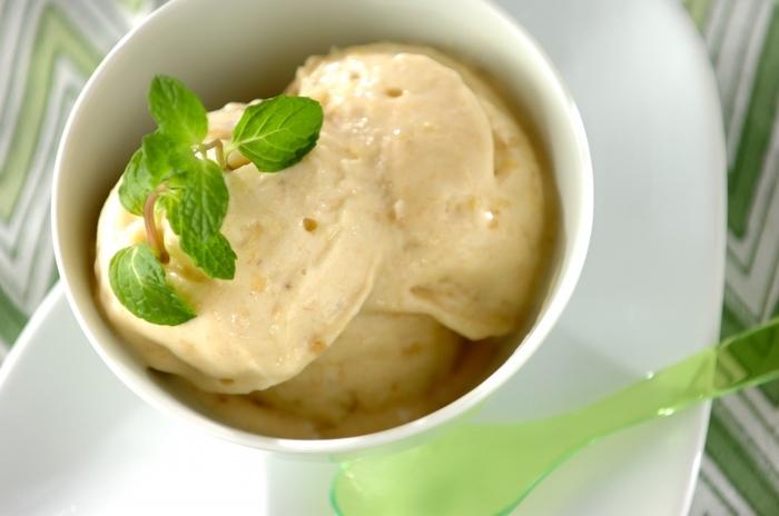 バナナと缶詰のパイナップルを冷凍し、牛乳やオリーブオイルと一緒に攪拌するだけで、なめらかなアイスクリームに大変身!ミキサーにかける時は、冷凍フルーツを少し室温に戻しておくといいそうですよ。