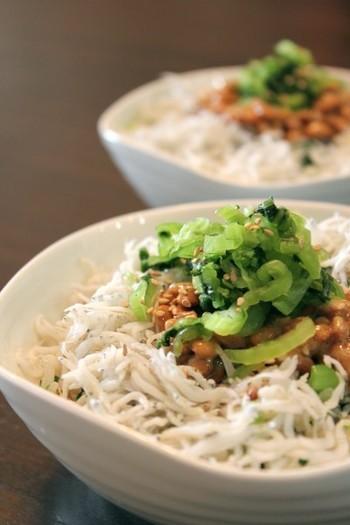 納豆の上に盛り付けたお漬物は、好きなもので代用可。「混ぜる+乗せる」で完結する簡単レシピだから、忙しい朝にもおすすめです。