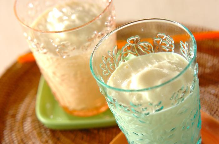 マンゴーは夏のスイーツの定番の味ですよね。おうちで手作りするなら、缶詰のマンゴーが手軽でオススメ。バニラアイスと牛乳を加えることで、ミルク感たっぷりの味に仕上がります。