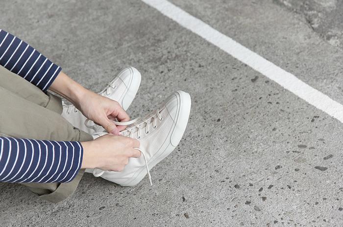 白スニーカーの白を、より長く保つために、スニーカーを買ってからまず、しておきたい汚れ防止対策。 履く前にひと手間いれることで、汚れがつきにくくなり、後のお手入れも楽になりますので、ぜひお試しくださいね♪
