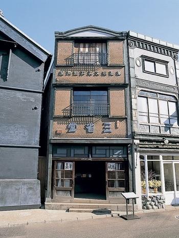 明治初期に創業した文具店。「千と千尋の神隠し」に出てくる舞台のモデルになったため、江戸東京たてもの園のなかでも1,2を争う人気スポットです。