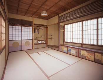 金箔があしらわれた障子や襖など、豪華なしつらえの和室。さすが三井家の往時をしのばせるお屋敷、といった印象です。