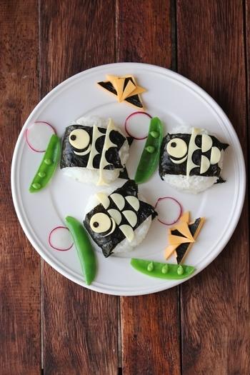 おにぎりにチーズを飾って鯉のぼりに。スライスチーズと海苔で作ったカブトも一緒に入れればさらに喜んでもらえそう。