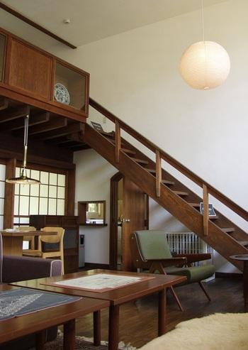吹き抜けになっている居間は、開放感溢れるモダンな雰囲気。建物自体もそうですが、配されているインテリアも素敵です。ぜひ参考にしたいですね。