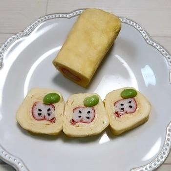 玉子焼きを作る時にカニカマを入れて作り、カットしてから枝豆とゴマを乗せれば、リンゴの完成!