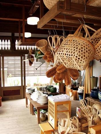 昭和10年代の様子を再現している店内。所狭しと当時の生活用品が並んでいます。