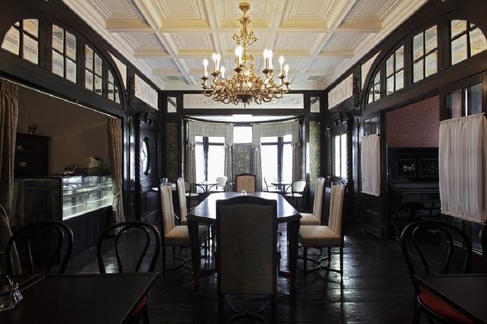 先ほどご紹介した「デ・ラランデ邸」にあるカフェ。邸内と屋外テラスの席があります。こちらは邸内のスペース。格式高い洋室で、華族になったかのような気分でお茶や食事が楽しめますよ。