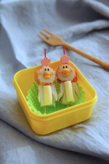 ちくわを使ったおかずをもう一つ。チーズ・コーン・ゴマ・ケチャップでキュートなペンギンに。愛らしすぎてお子様も食べるのに躊躇するかも!?