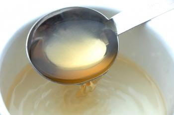 黄ばんでしまったスニーカーを真っ白に戻したいなら、お酢の力を借りましょう。酢の酸性成分が黄ばみの原因であるアルカリ性の汚れを中和してくれ、黄ばみを取り除いてくれます。 洗い方は、中性洗剤または洗濯石鹸などで洗ったスニーカーを、バケツに入れた酢水に3時間~半日つけて置くだけでOK。酢と水の割合は、3~4ℓのお水に対して酢は200ccです。ポイントは、つける際に洗剤成分が残らないよう、しっかりすすぐこと。これだけで、黄ばんでしまった白スニーカーの白さも戻ってきますよ。