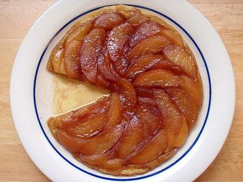 お皿にひっくり返して盛り付けます。   りんごのキャラメリゼの美味しさがぎゅっとしみ込んだサクサクの生地がとっても美味しいですよ♪