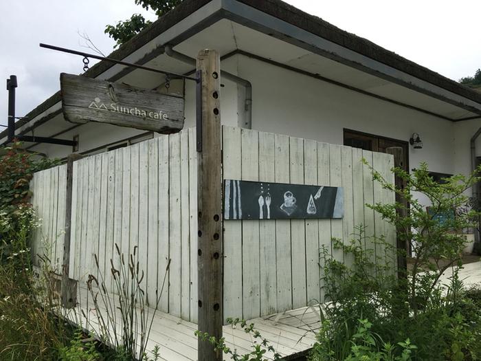 綾部の山奥にひょこっと現れる「サンチャカフェ」。木の看板と黒板の可愛いイラストが目印ですね。