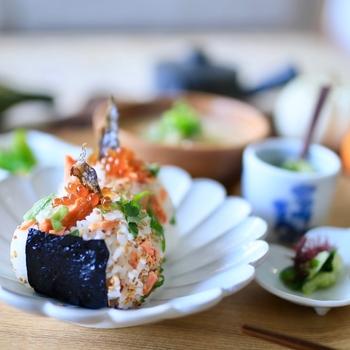 北海道の名物「いくら・しゃけ」を贅沢にどちらも使ったおにぎり。炊き立てのお米にほぐした鮭を混ぜ、少し冷めてから大葉と胡麻を入れて再度混ぜて握るだけ。最後にお好みでいくらを乗せて完成です。
