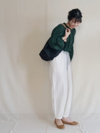 ホワイトのパンツを合わせた清潔感あふれるコーデ。足元をあえてベージュのバレエシューズにして軽さを演出。秋のイメージを醸しだしつつもホワイトパンツで爽やかな印象を作りだしています。