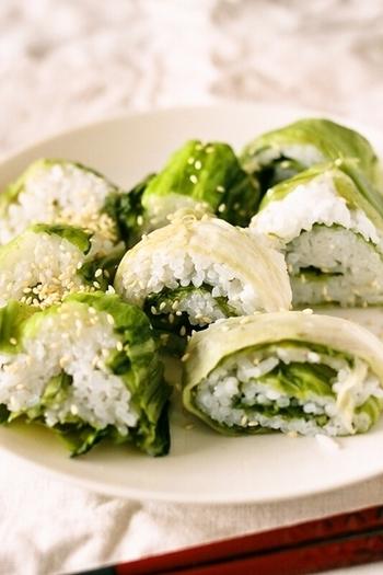 日本三大漬菜としても有名な、広島菜を使ったおにぎり。このように巻き寿司風にしてもいいですし、握ったおにぎりを包み込むようにして使っても美味しいですよ◎