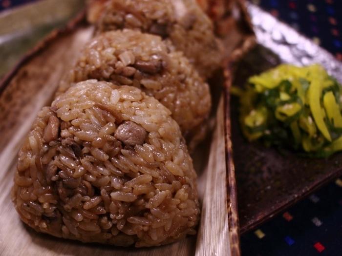 大分・吉野に古くから伝わる郷土料理「吉野鶏めし」をおにぎりにしました。鶏とごぼうで炊き上げた鶏めしは「おもてなしの家庭料理」と呼ばれるにふさわしい、本格的ながら優しい味です。