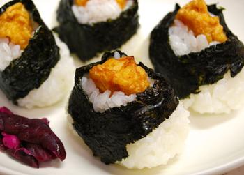 まずは、えびの天ぷらを握り込んだ、名古屋名物の「天むす」。おうちで作る際は、えびを丸くなった状態で揚げれば、最後に乗せやすいですよ。
