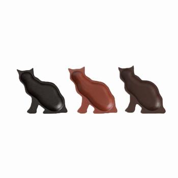 こちらは猫のシルエットをかたどった輪島キリモトの「豆まめ皿」。 お手入れが難しいと思われがちな漆製品ですが、実は、それほど気を使うことなく、扱っていいのだそうです。