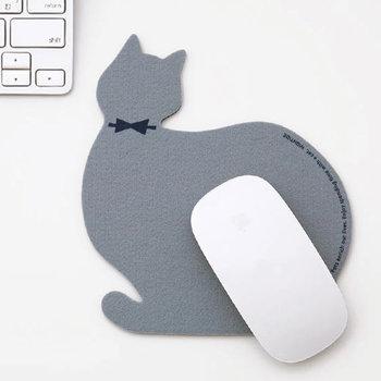 パソコンを使う時間が楽しみになりそうなネコちゃんのマウスパッド。優しい風合いのフェルトに、落ち着いたトーンのカラーバリエーションも絶妙です。蝶ネクタイをしたどこか上品な佇まいは、猫好きにはたまらないアイテム。 色違いで何枚もコレクションしたくなる可愛さです!