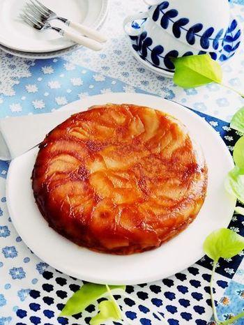 プレーンヨーグルトを材料にプラスして作ったヘルシーで優しい味わいのタルトタタンのレシピです。   かぼちゃやバナナもたっぷり入っているのでランチにもいいですね。