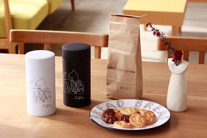 スウェーデン語でお茶しよう!という意味のコーヒー缶「fika」は、東京を拠点に活動しているデザイナー友澤 健太郎さんが描く猫のイラストがポイント。コーヒー缶と名前こそありますが、お茶っ葉やキッチンまわりの細々とした小物など、色々なものの収納にも最適です。