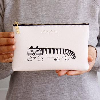 リサ・ラーソンのスケッチシリーズのポーチは、、シンプルなデザインと微笑ましい猫のプリントが可愛いアイテム。ジッパーのチャームにはマイキーのチャームが付いています。 縦120×横190mmと使い勝手の良いサイズ感なので、バッグに入れて毎日のお出かけに活躍しそうです。