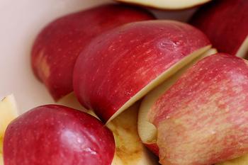りんごの皮をむき、芯をとってから4~6等分します。 大きくカットするとりんごのゴロゴロ感が出るのでお好みに合わせてどうぞ。