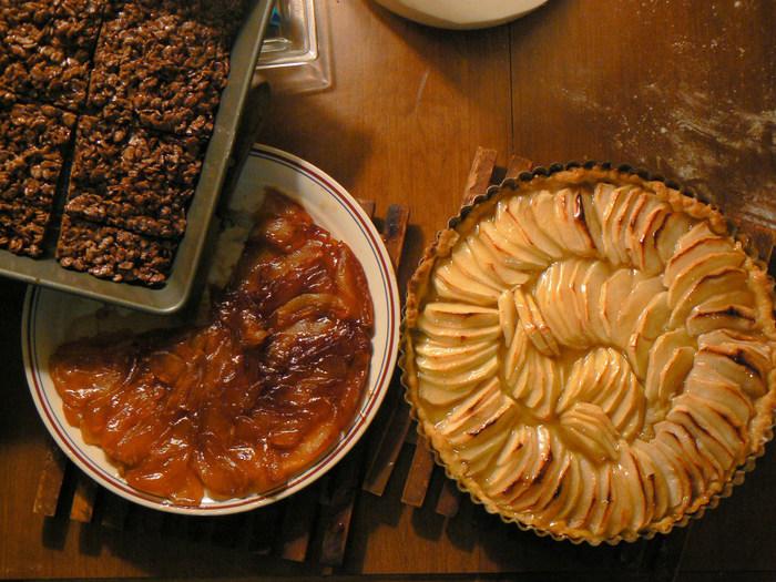 アップルパイやアップルタルトは基本の材料が似ているので一緒に作って食べ比べてみるのも楽しそうです。一緒に作ることで工程の違いをよりはっきり学ぶことができますからお菓子作りの腕を磨くのにもぴったり。   たくさん作ったらアップルスイーツでお家カフェを開催してみて!