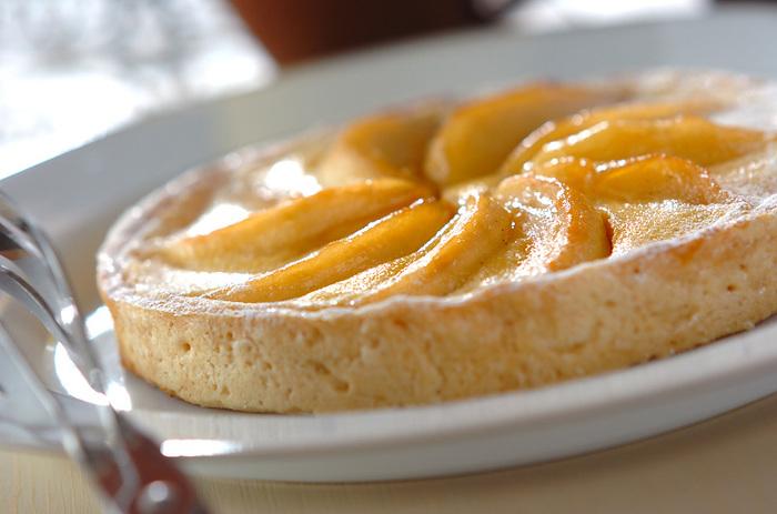 りんごの甘酸っぱさと食感の軽さがクセになるりんごを使ったタルトのレシピです。ほかのフルーツにチェンジして作ることもできそうですね。