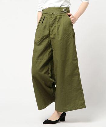ワイドシルエットが珍しいグルカパンツ。絶妙な裾丈なので、夏はサンダル、秋にはショートブーツを合わせても◎。