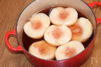 硬めの桃を半分にし種をとり、鍋に水500ml、砂糖100g、レモン汁大さじ1を入れて沸騰させます。半分にした桃を皮のまま入れて、3分ほど煮ましょう。香りづけをしたい場合は、白ワインを入れても◎粗熱が取れたら、皮をむいてくださいね。