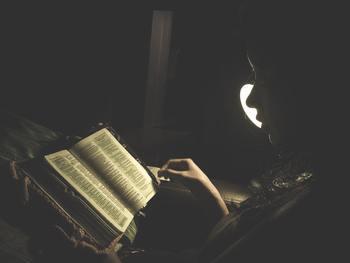 本の世界に浸って心が落ち着いたら、電気を消して目を瞑りましょう。明日の朝はまたすっきり明るく始まりますように…。