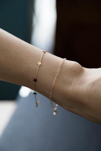 比較的どんな時計と合わせても邪魔にならず手首を綺麗に見せてくれるのはこのような細身で華奢なデザインのもの。