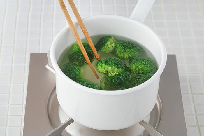 小さいミルクパンだからこそ、サッとお湯を沸かせるのがメリット。お野菜を茹でたりするのに便利です。深さがあるので、揚げ物にも重宝します。ただしフッ素加工のお鍋は急激な温度変化に弱いので、揚げ物をする場合は温度が下がってから洗うなどの注意が必要です。