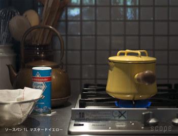 一回り大きいソースパンは一人分の調理に丁度いい大きさ。独特な蓋のデザインは重ね置きができる便利ものです。