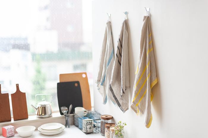 キッチンクロスやティータオルといったクロス類は、色柄だけはなく、素材もさまざま。リネンなら洗いざらしのふんわりとした素材感もとても素敵です。