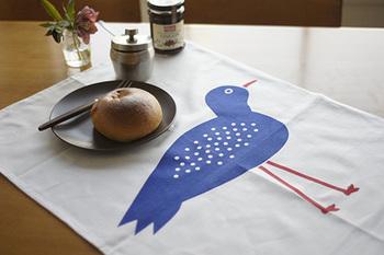 大きなひとつの柄が入っているものは、とてもインパクトがあるのでシンプルな食卓がぐっと華やかになります。