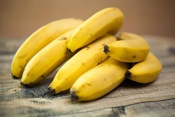 """そのままでもおやつや朝食になる""""バナナ""""。自然な甘さがヘルシーですよね。冷凍して冷たさや食感を活かすアイディアも多く、おやつ作りに活躍してくれます。"""