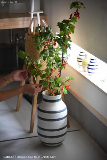 大きなケーラーオマジオのフラワーベースにアレンジした枝もの。実は長さが足りないので、中にセロファンを入れてかさまししているそう。高さを調整したいときに使ってみたい小技です。