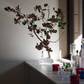 枝ものは、きゅっとまとまりのある小さなお花よりもダイナミックにお部屋の印象を大きく変えるインテリアになります。ブーケほどカラフルではないので、どんなお部屋にも寄り添ってくれるというのも枝ものの特長のひとつです。