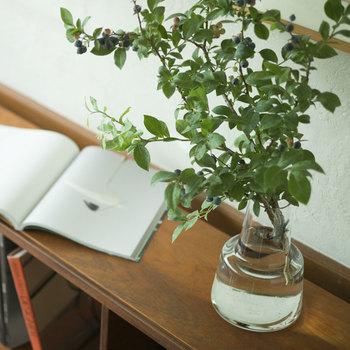 枝ものでも、コンパクトに飾りたいときはちいさめのフラワーベースに、短めの丈で生ければ大丈夫。小さな空間にも飾ることができます。